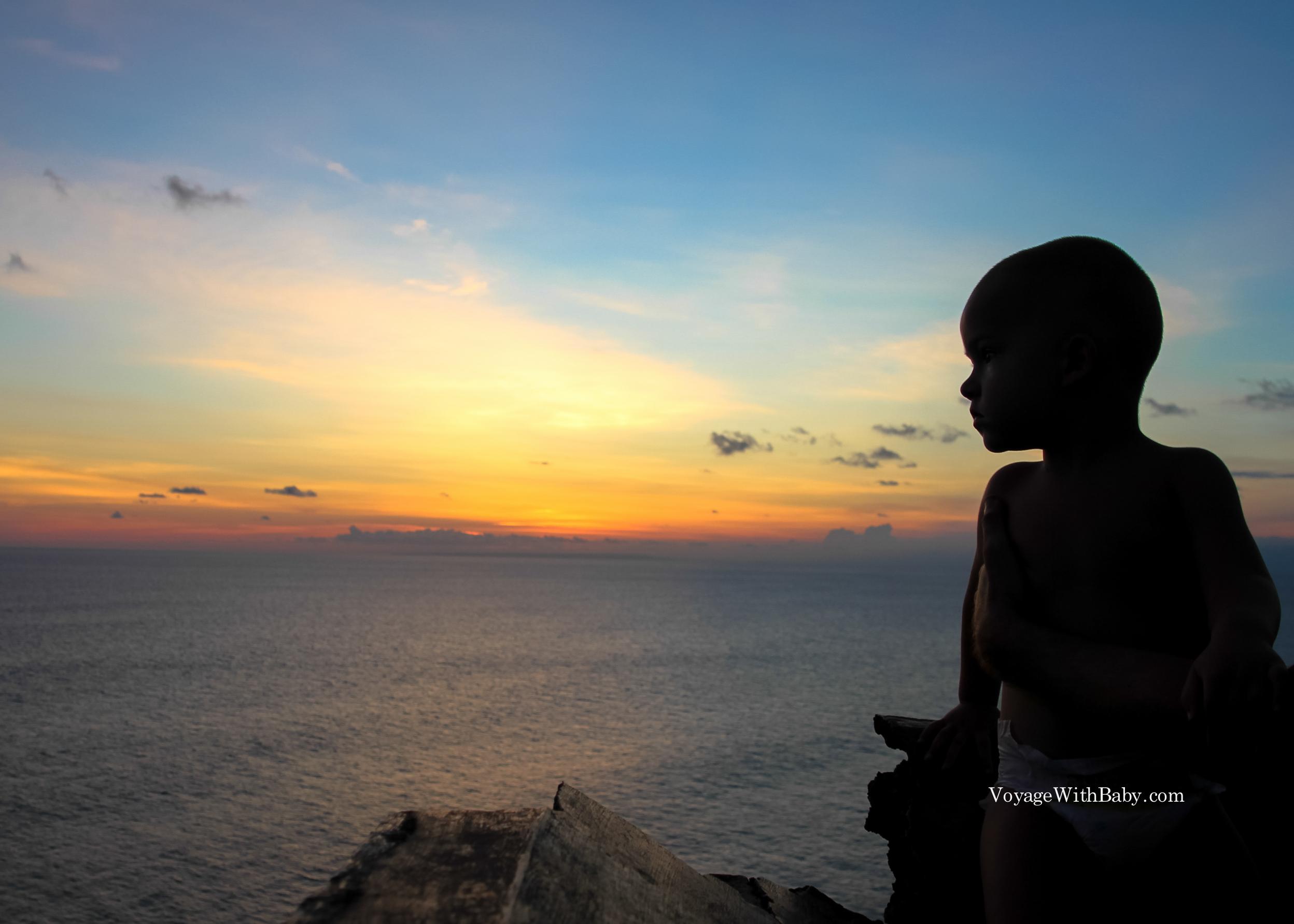 Ребенок на закате в Улувату на Бали