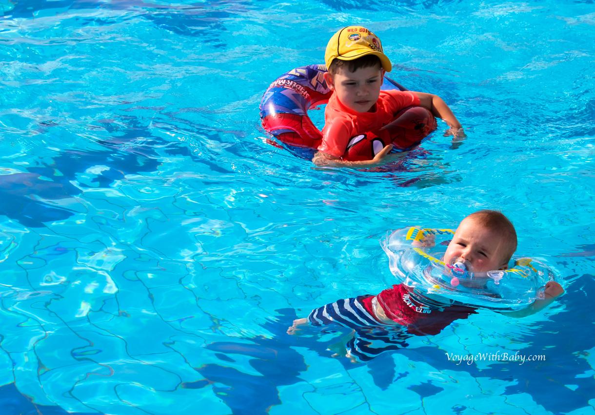 Детишки в бассейне
