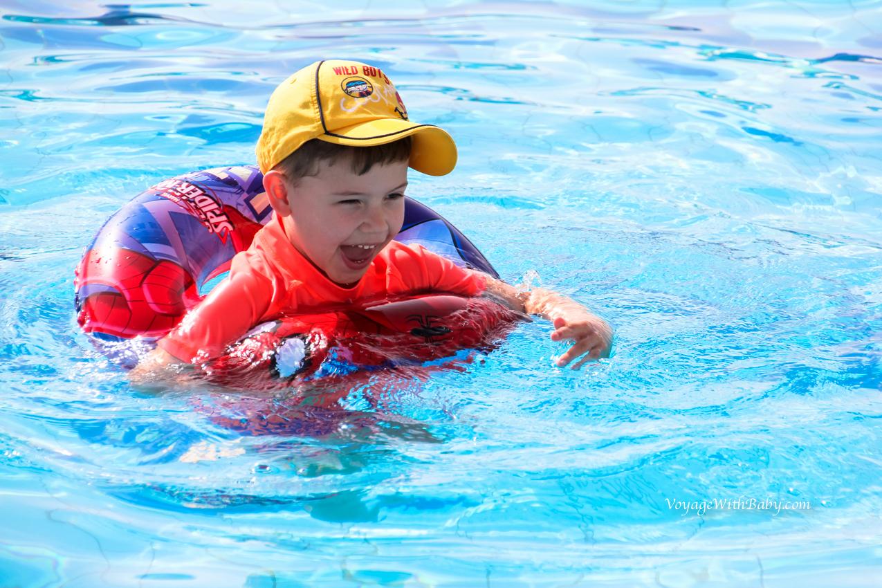 С ребенком в бассейне в Египте