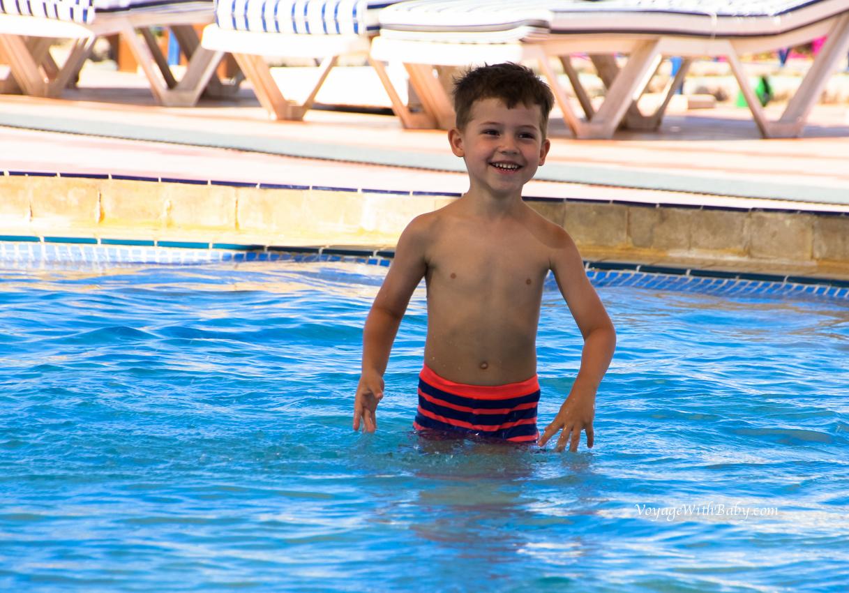Саша в бассейне
