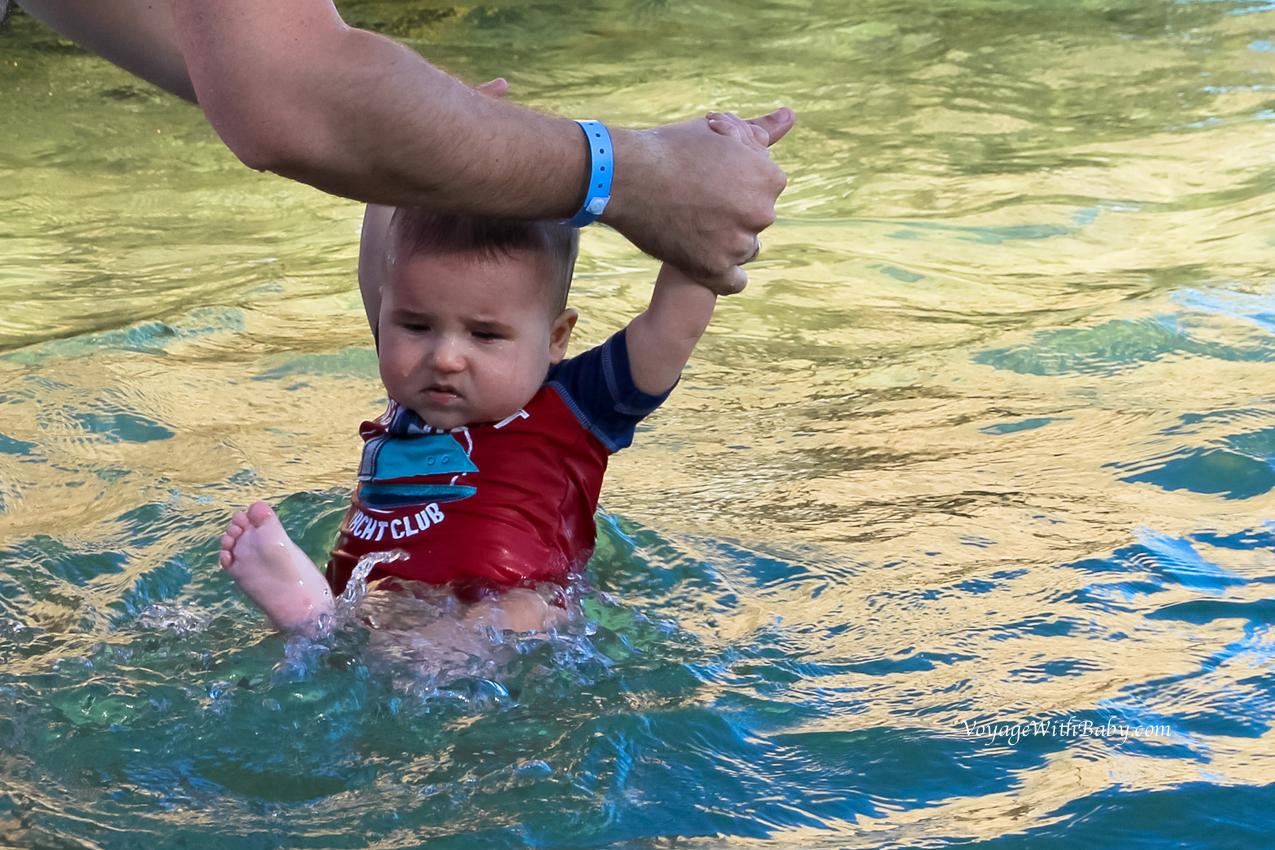 Купание грудного ребенка в море