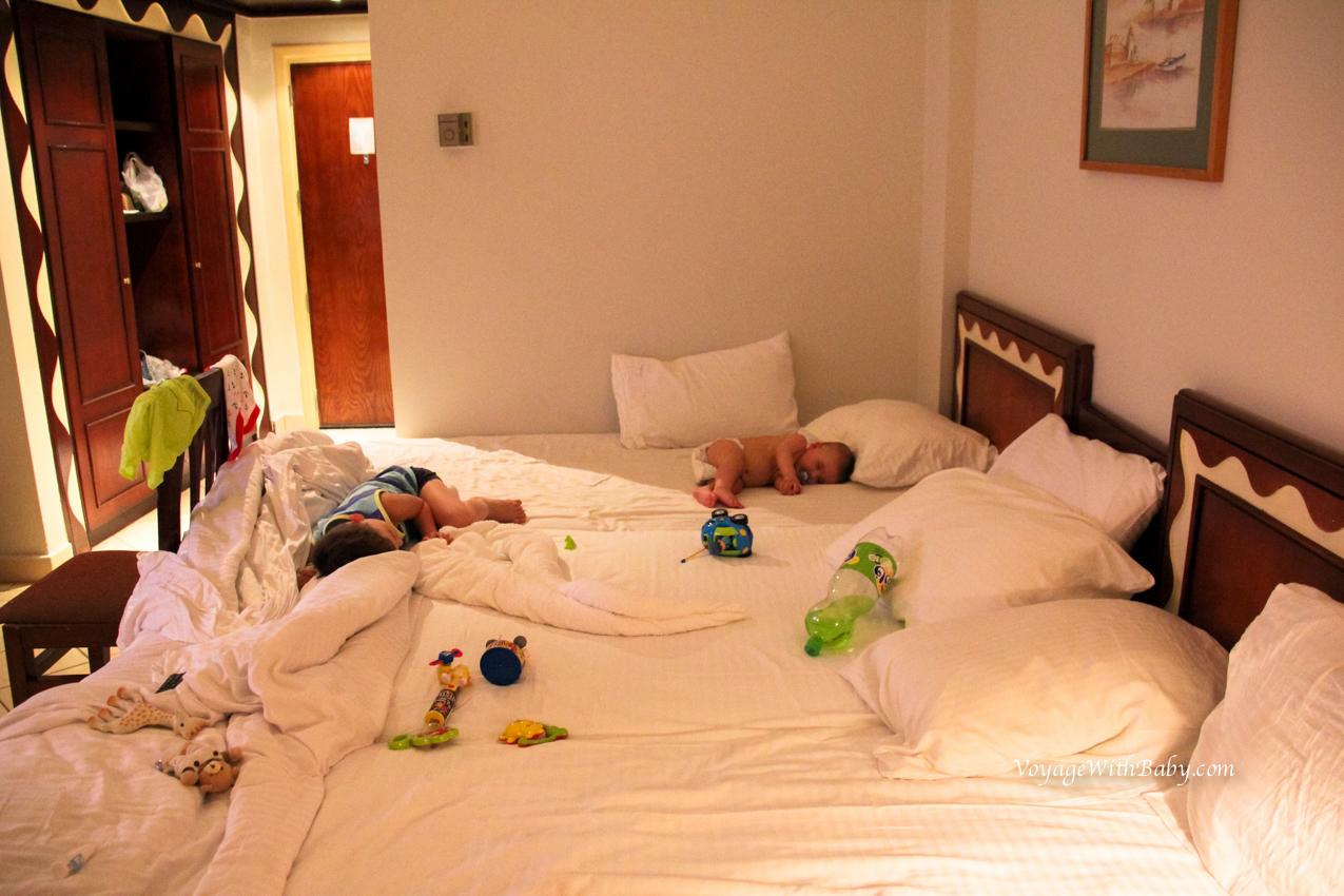 В отеле с двумя детьми