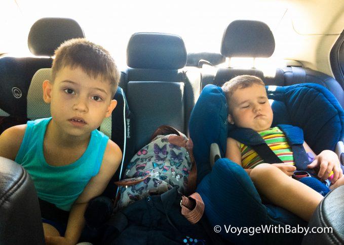Поездка на машине с двумя маленькими детьми