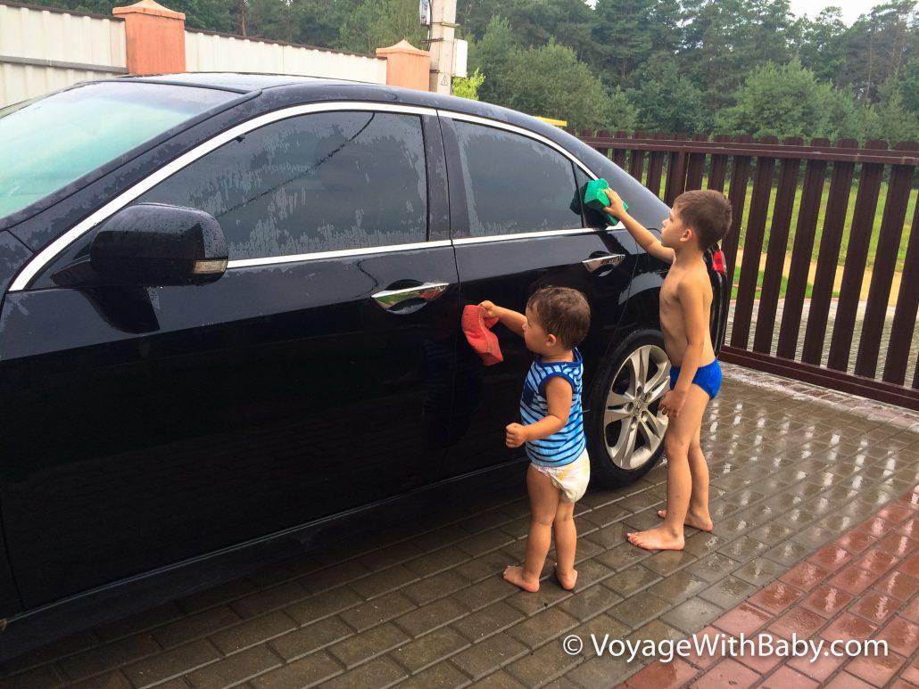 Дети моют машину