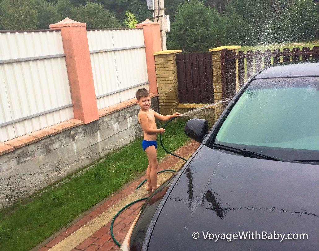Ребенок моет машину
